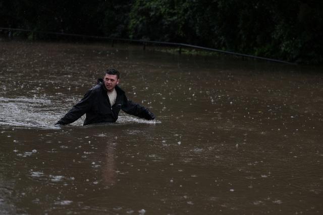 Nhà bị cuốn trôi trong trận lũ lụt trăm năm có một ở Australia - 8