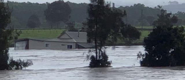 Nhà bị cuốn trôi trong trận lũ lụt trăm năm có một ở Australia - 1