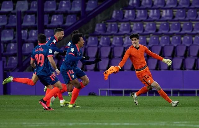 Thủ môn Sevilla gây sốt với pha ghi bàn ấn tượng phút cuối - 2