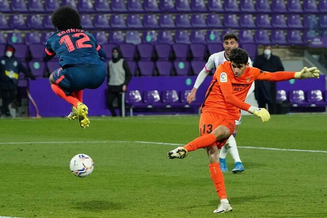 Thủ môn Sevilla gây sốt với pha ghi bàn ấn tượng phút cuối - 1