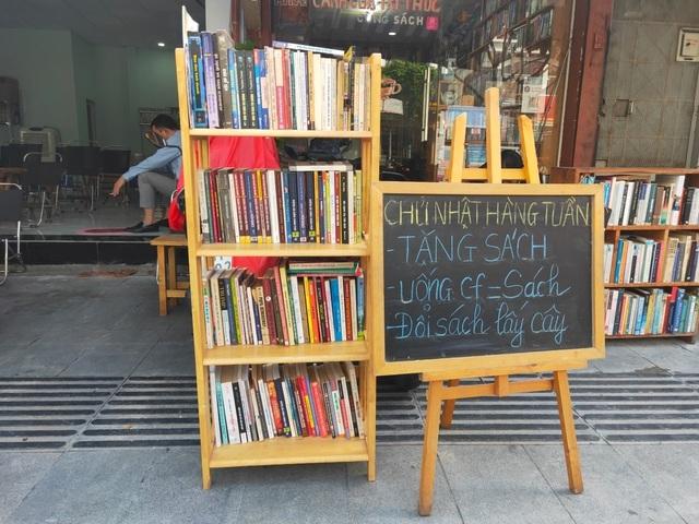 Uống cà phê trả tiền bằng sách độc lạ ở Sài Gòn - 1