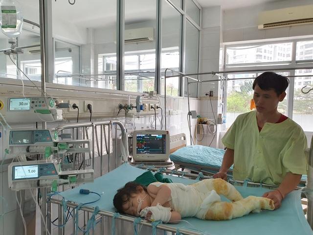 Đau nhói lòng cảnh bé gái 14 tháng tuổi ngã vào nồi nước sôi nguy kịch - 5