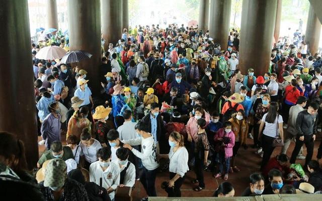 Hàng trăm tình nguyện viên phân luồng, đảm bảo phòng dịch tại chùa Tam Chúc - 3