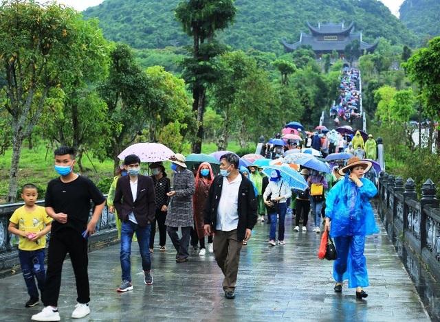 Hàng trăm tình nguyện viên phân luồng, đảm bảo phòng dịch tại chùa Tam Chúc - 2