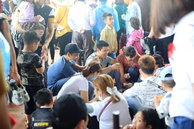 Hàng trăm tình nguyện viên phân luồng, đảm bảo phòng dịch tại chùa Tam Chúc - 4