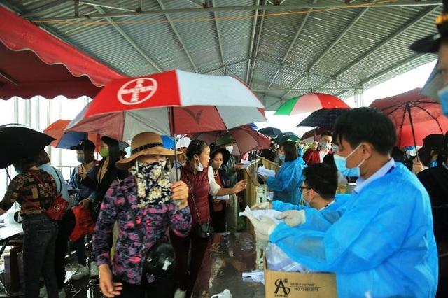 Hàng trăm tình nguyện viên phân luồng, đảm bảo phòng dịch tại chùa Tam Chúc - 1