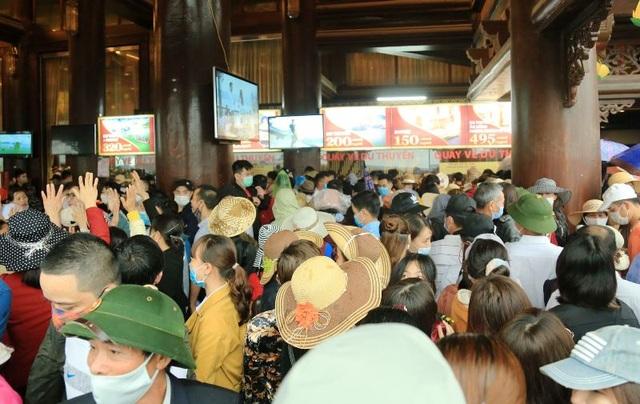 Hàng trăm tình nguyện viên phân luồng, đảm bảo phòng dịch tại chùa Tam Chúc - 5
