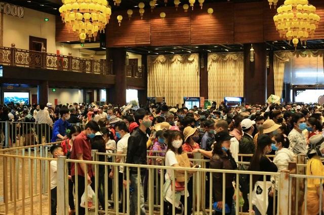 Hàng trăm tình nguyện viên phân luồng, đảm bảo phòng dịch tại chùa Tam Chúc - 6
