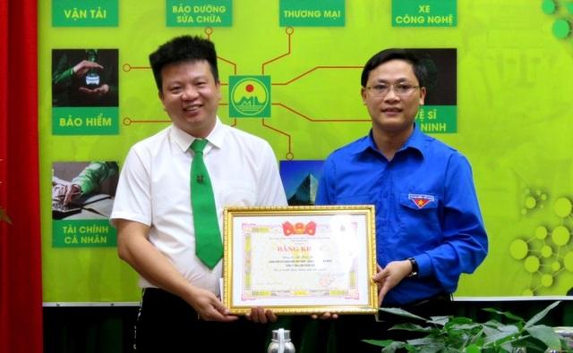 Khen thưởng tài xế taxi dũng cảm lao xuống sông cứu cô gái trẻ - 2