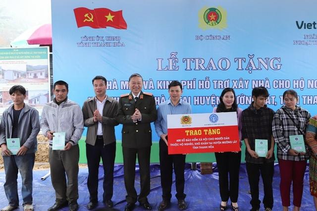 Trao tặng người dân hộ nghèo Thanh Hóa 600 sổ bảo hiểm xã hội - 1