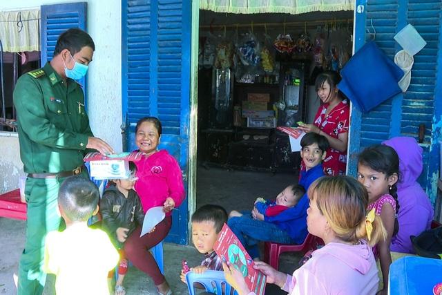 Người lính quân hàm xanh hết lòng giúp dân xóa đói, giảm nghèo - 1