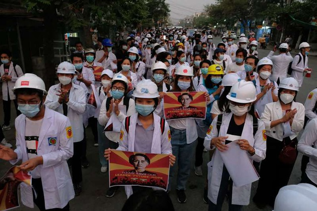 Người Myanmar biểu tình xuyên đêm - 1