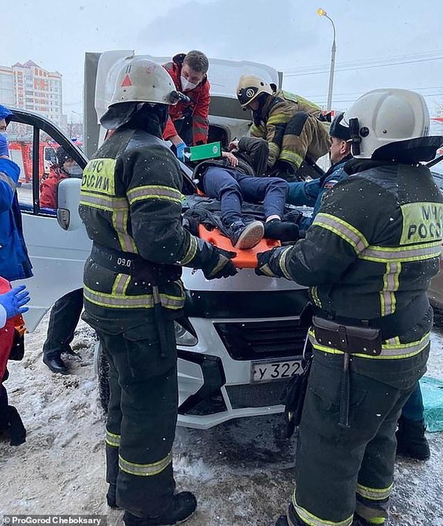 Cậu bé 11 tuổi nhảy từ cửa sổ tầng 23 thoát chết thần kỳ nhờ rơi vào xe tải - 2