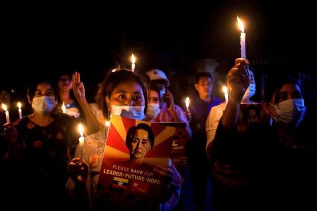 Người Myanmar biểu tình xuyên đêm - 2