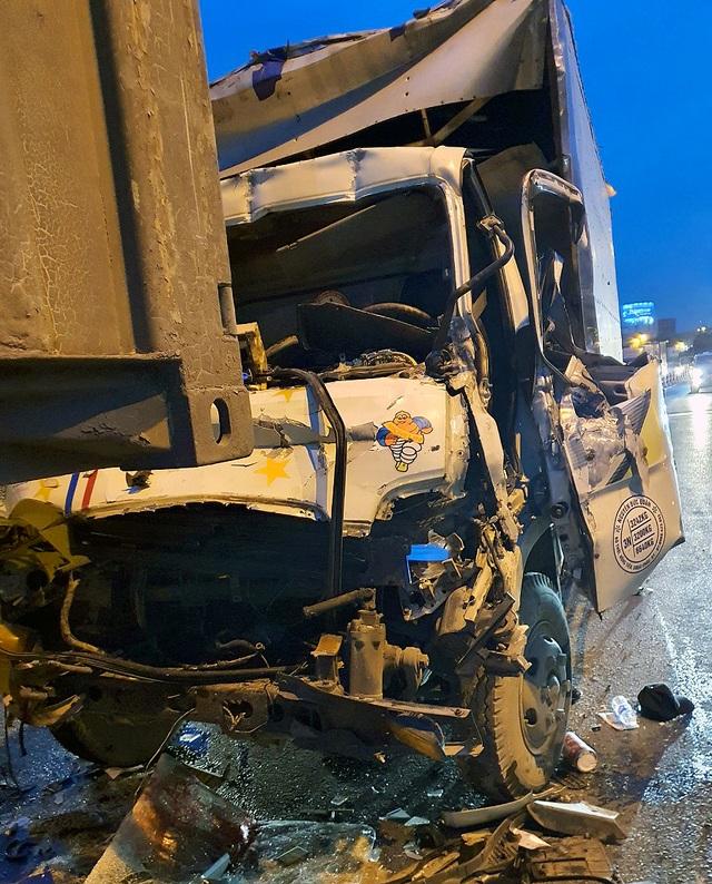 Hà Nội: Ba người bị thương nặng, mắc kẹt trong cabin xe nát bét - 3