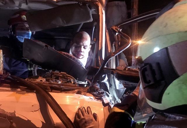 Hà Nội: Ba người bị thương nặng, mắc kẹt trong cabin xe nát bét - 1