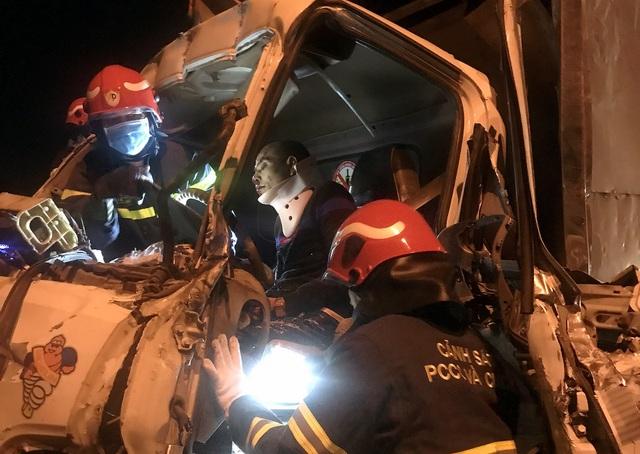Hà Nội: Ba người bị thương nặng, mắc kẹt trong cabin xe nát bét - 2