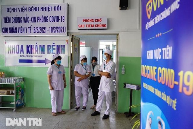 Bắt đầu tiêm vắc xin Covid-19 diện rộng cho nhân viên y tế - 1