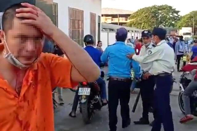 Nhóm bảo vệ vung gậy sắt đánh dã man công nhân trước cổng công ty - 2