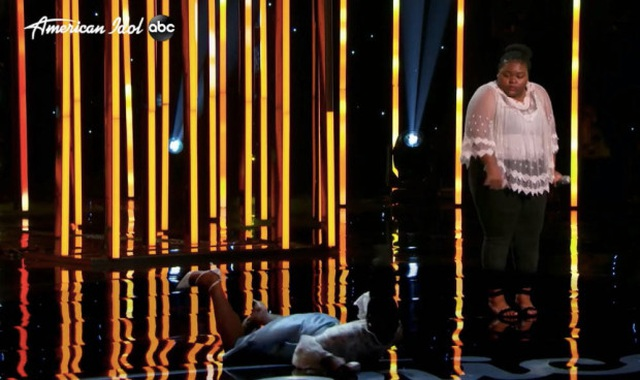 Ca sĩ Mỹ ngất xỉu trên sân khấu - 2
