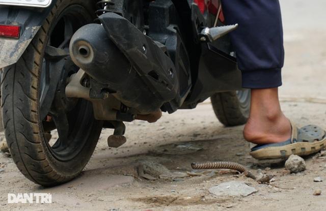 Hà Nội: Con đường dài hơn 400m xây 4 năm vẫn chưa xong - 6