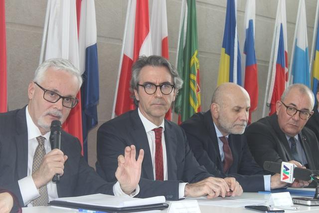 EU khẳng định độ an toàn cao của vắc xin AstraZeneca - 2