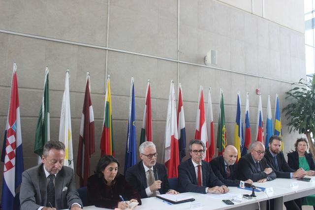 EU khẳng định độ an toàn cao của vắc xin AstraZeneca - 1