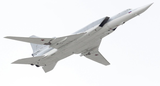 Máy bay ném bom Nga hỏng ghế phóng, hất văng 3 phi công  - 1