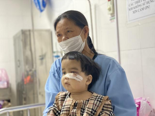 Nụ cười nhói lòng của bé gái mắc bệnh xương hóa đá hiếm gặp - 3