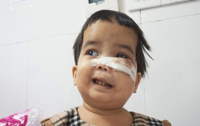 Nụ cười nhói lòng của bé gái mắc bệnh xương hóa đá hiếm gặp - 1