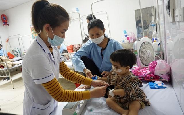 Nụ cười nhói lòng của bé gái mắc bệnh xương hóa đá hiếm gặp - 4