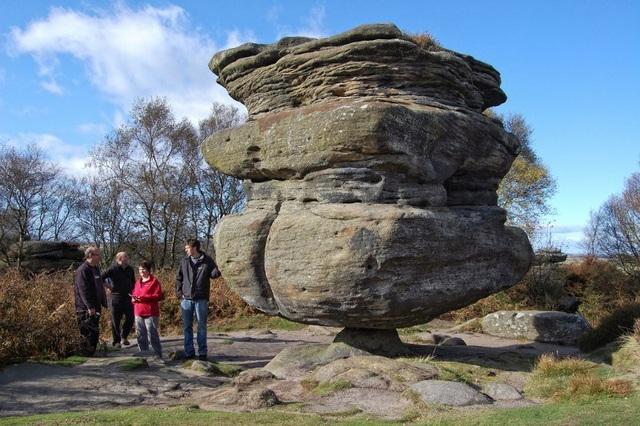 Đá Thánh nặng 200 tấn giữ cân bằng tuyệt đỉnh trên mỏm đá bé xíu - 4