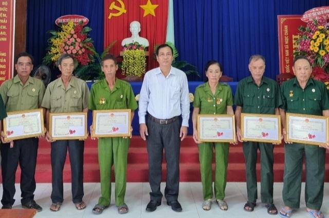 Biệt đội vá lộ của các cựu binh U70 được UBND tỉnh Cà Mau tặng bằng khen - 1