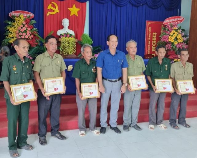 Biệt đội vá lộ của các cựu binh U70 được UBND tỉnh Cà Mau tặng bằng khen - 4