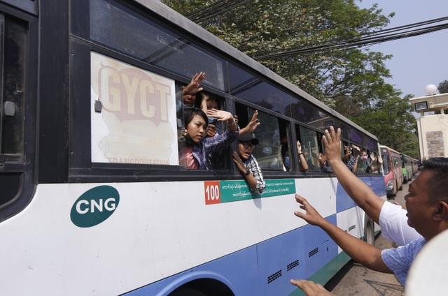 Myanmar bất ngờ thả hơn 600 người biểu tình, hoãn xét xử bà Suu Kyi - 1