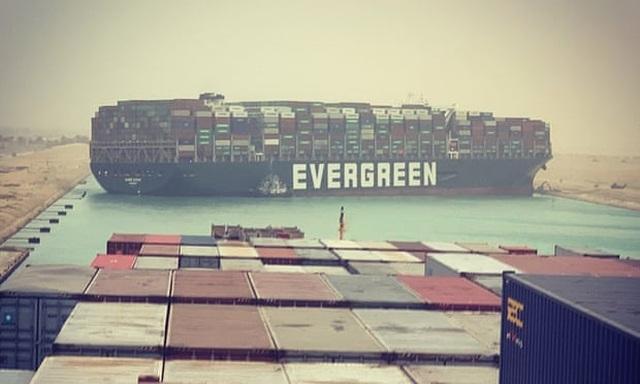 Kênh đào Suez kẹt cứng vì siêu tàu hàng nằm chềnh ềnh giữa đường - 1