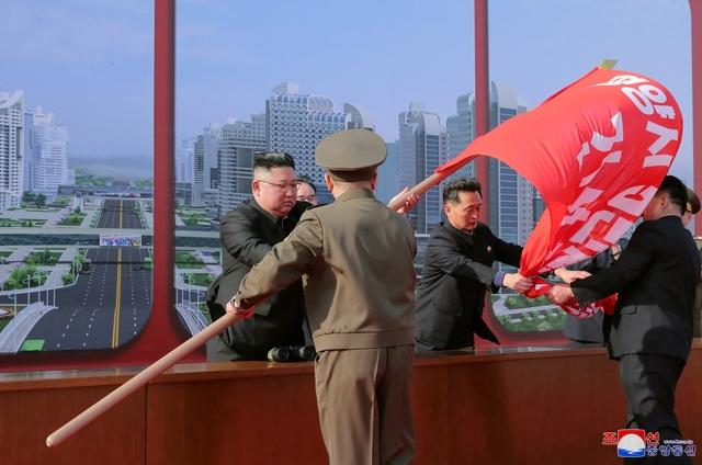 Ông Kim Jong-un khởi công dự án 10.000 căn hộ cho dân  - 2