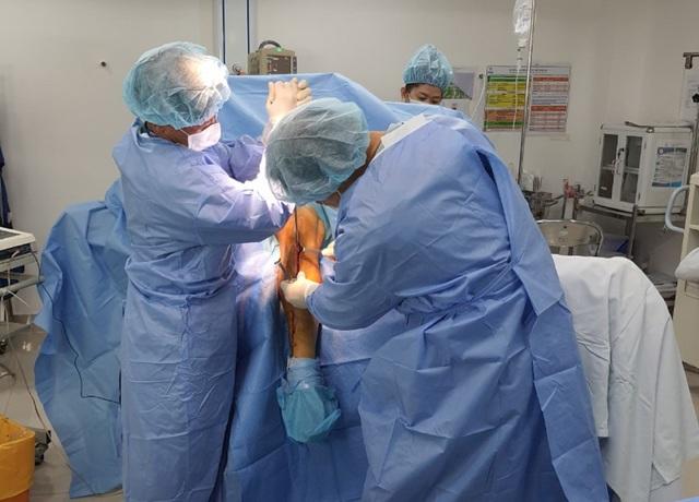 Hình ảnh chuyển ra từ phòng phẫu thuật chân gãy của cầu thủ Đỗ Hùng Dũng - 2