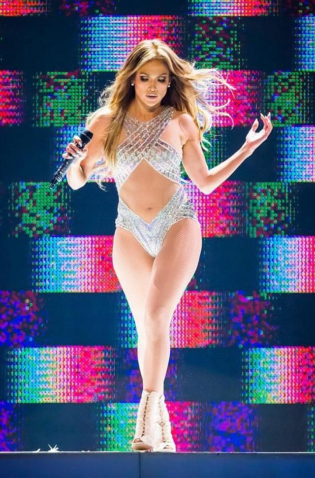 Loạt trang phục hở táo bạo của Jennifer Lopez - 4