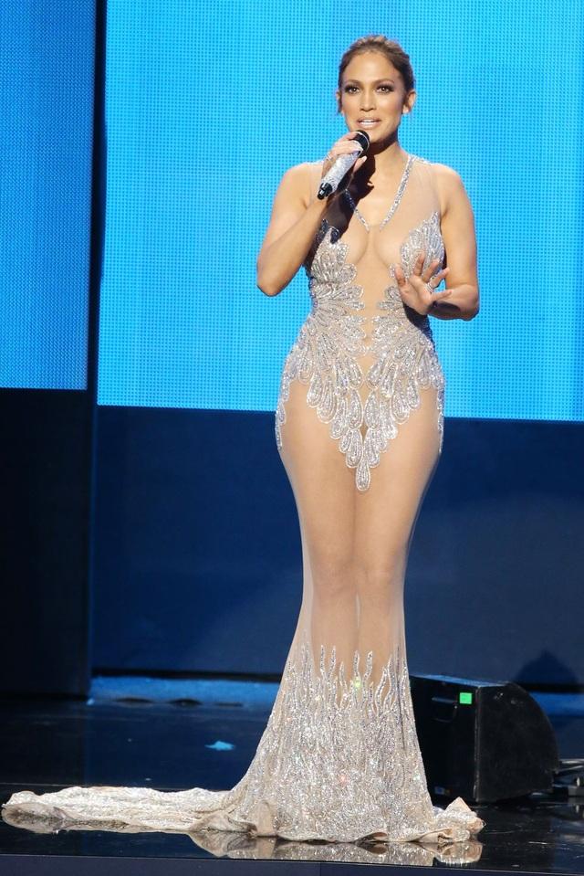 Loạt trang phục hở táo bạo của Jennifer Lopez - 14