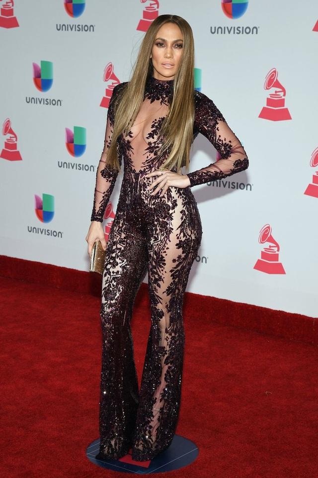 Loạt trang phục hở táo bạo của Jennifer Lopez - 12