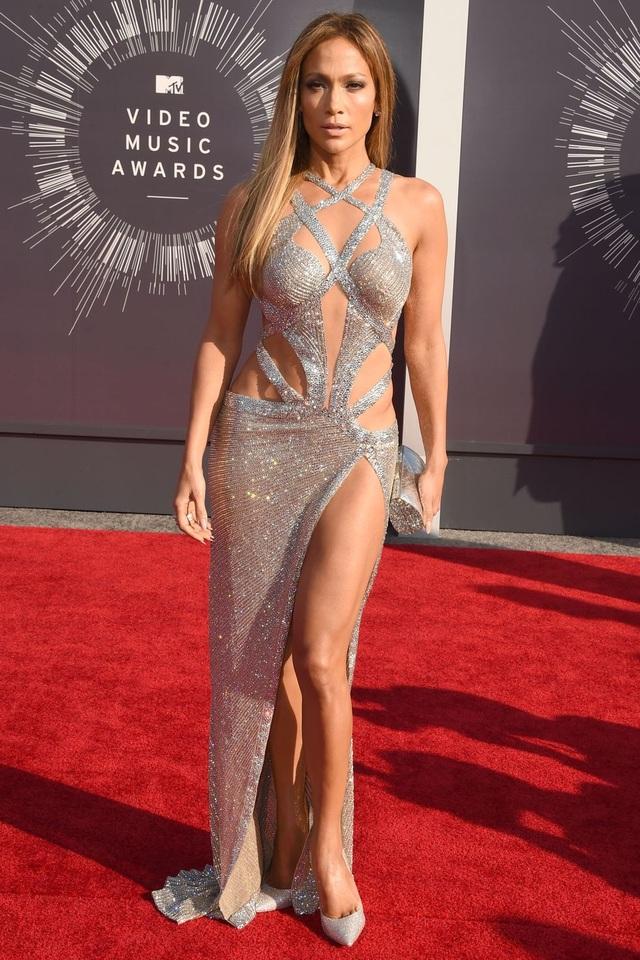 Loạt trang phục hở táo bạo của Jennifer Lopez - 18