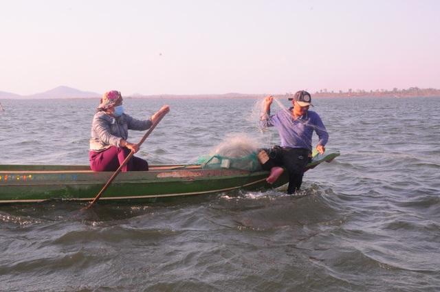Chông chênh cuộc sống mưu sinh ở lòng hồ thủy lợi - 4