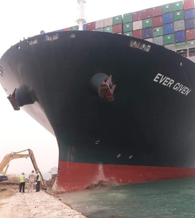 Chạy đua giải cứu kênh đào Suez bị siêu tàu hàng án ngữ - 1