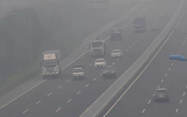 Hoảng hồn phát hiện xe tải cỡ lớn đi lùi trên cao tốc Hà Nội - Hải Phòng - 1