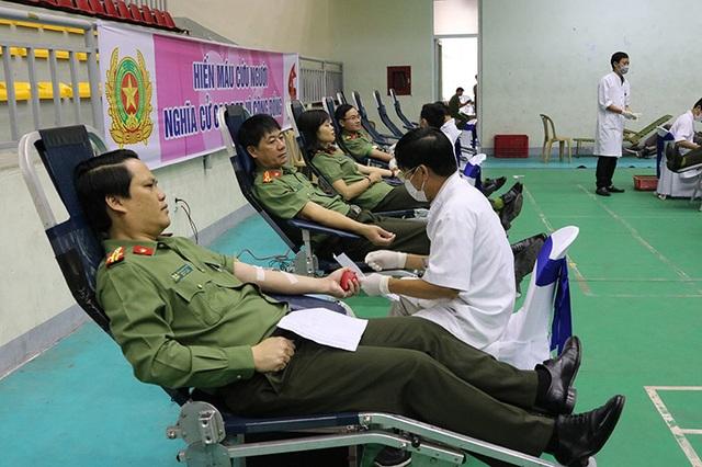 Hơn 300 cán bộ, chiến sỹ công an tham gia hiến máu cứu người - 1