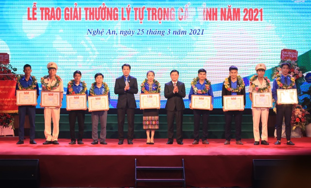 Bí thư Tỉnh ủy Thái Thanh Quý và Bí thư BCH Trung ương Đoàn TNCS Hồ Chí Minh Ngô Văn Cương trao giải thưởng Lý Tự Trọng cho các cán bộ đoàn Đoàn tiêu biểu.