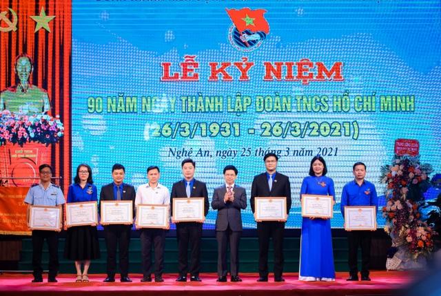 Chủ tịch HĐND tỉnh Nghệ An, ông Nguyễn Xuân Sơn trao Bằng khen của Chủ tịch UBND tỉnh cho các cá nhân.