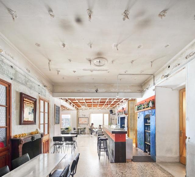 Quán cà phê phong cách đổ nát với trần nhà loang lổ và tường tróc sơn - 1