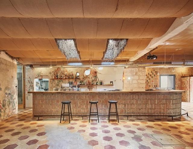 Quán cà phê phong cách đổ nát với trần nhà loang lổ và tường tróc sơn - 2